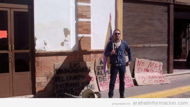 AionSur manifestante-1 Dos representantes de CCOO se manifiestan contra la presencia de los militares en Arahal Sucesos