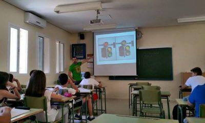AionSur 11012080_1082235158471915_3364004723156155908_n-400x240 Carlos Lobato, el profesor de biología de las camisetas frikis que planta semillas de conocimiento en los jóvenes de Arahal Educación  Carlos Lobato biólogo