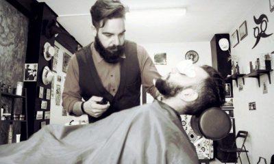 AionSur 18825738125_31d7b60348_b-400x240 Manu Suárez, un barbero buscavidas que ha creado en La Razón un lugar de tertulias Sociedad  Barbero Arahal
