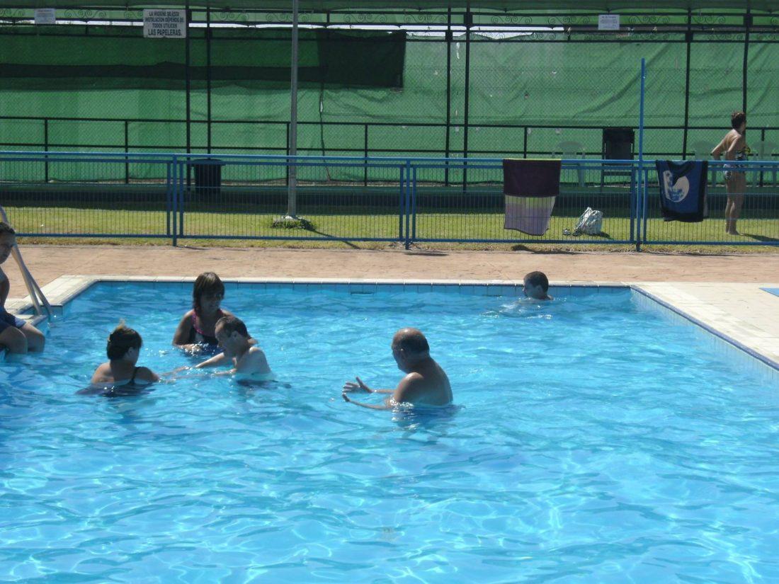 La piscina p blica de marchena pierde miles de litros de for Piscinas publicas en el sur de tenerife