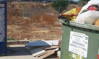 """AionSur IMG-20150913-WA0006-400x240 Varios contenedores de basura del Polígono La Cantarería se convierten en """"Punto Limpio descontrolado"""" Sociedad Punto Limpio descontrolado"""