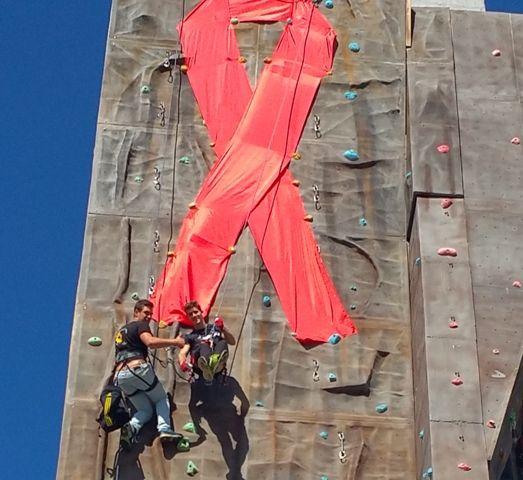 AionSur escalada Un gran lazo rojo en el rocódromo para celebrar el Día Mundial de la Lucha contra el Sida 2015 Salud Sociedad  Día Mundial de lucha contra el sida
