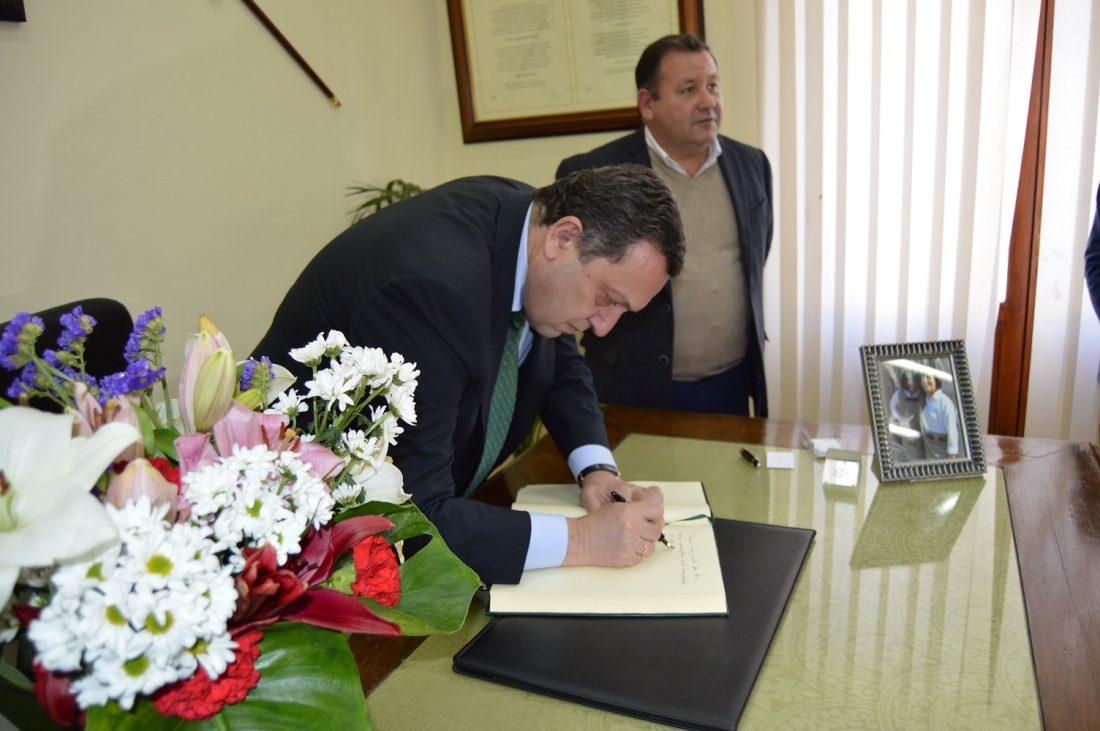 AionSur Firma-en-el-Libro-de-Honor La Roda de Andalucía se convierte en el primer municipio de Andalucía que reconoce oficialmente el Genocidio Armenio La Roda de Andalucía Provincia