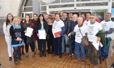 AionSur Foto-de-familia1-400x240 Plataformas Médico 24 Horas y alcaldes entregan 3.000 firmas para que se reabra la Unidad del Dolor en el Hospital Comarcal de la Merced de Osuna Provincia