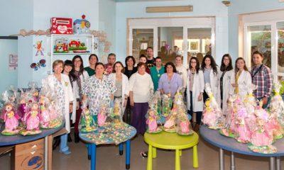 AionSur princesas-calvasmmcc-400x240 Los menores ingresados en Oncología del Virgen del Rocío reciben muñecos de mujeres artesanas Salud