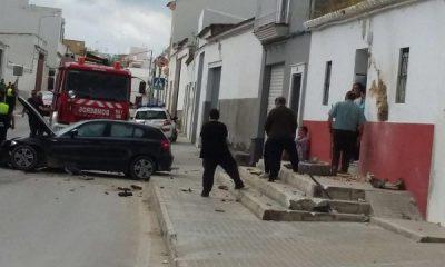 AionSur IMG-20160507-WA0026-400x240 Un coche se empotra contra una vivienda en Paradas cuando es perseguido por la Policía Local Sucesos