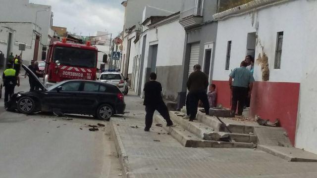 AionSur IMG-20160507-WA0026 Un coche se empotra contra una vivienda en Paradas cuando es perseguido por la Policía Local Sucesos