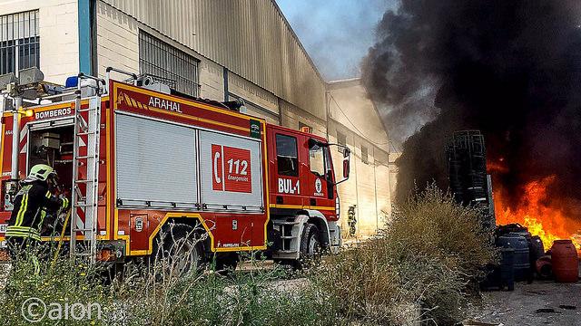 AionSur 27647535985_7cbb8d9943_z Un incendio en el patio trasero de la empresa Arasol provoca una espesa columna de humo Sin categoría