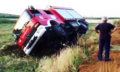 AionSur camion-bomberos1-400x240 Una grúa tuvo que rescatar a un camión de bomberos accidentado en Marchena Marchena Provincia