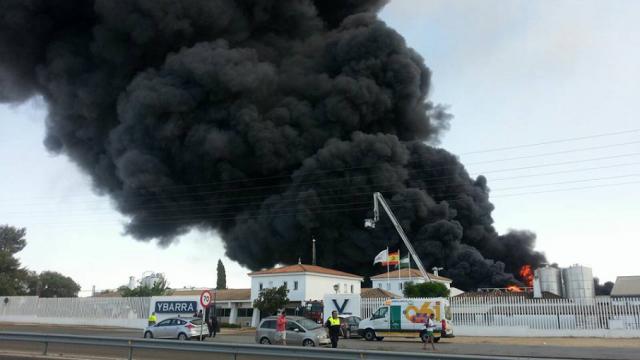 AionSur 3 Grave incendio en la fábrica de aceite Ybarra de Dos Hermanas Sucesos