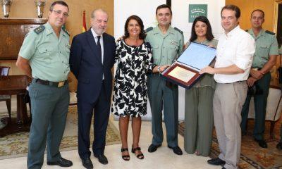 AionSur 09-080916-ENTREGA-PLACA-400x240 Placa de reconocimiento para la Guardia Civil de Mairena del Aljarafe Sin categoría