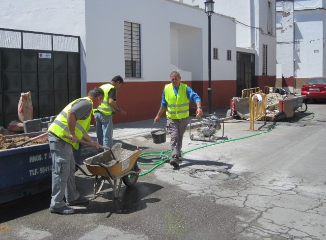 AionSur trabajadores-Carmona1 Nuevo plan de urgencia social para contratar a cincuenta desempleados en Carmona Carmona Provincia urgencia social