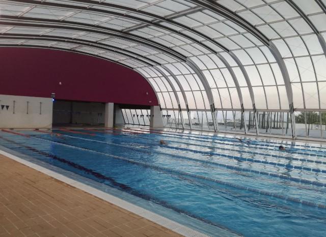 Reabre la piscina cubierta de carmona tras una inversi n for Piscina cubierta tomares