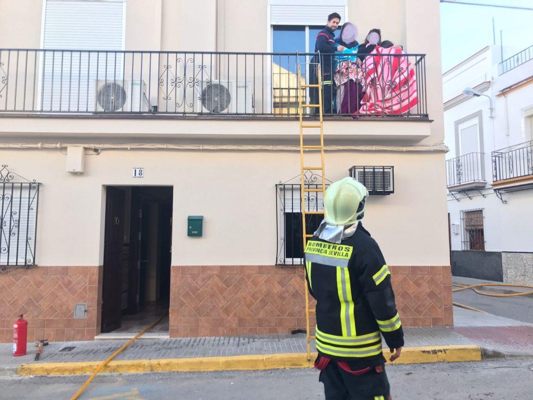 AionSur e5852135-6eb1-40b3-8315-f5930b8afbd6-1 Rescatado un hombre de 82 años del incendio de una vivienda en Arahal Arahal Sucesos