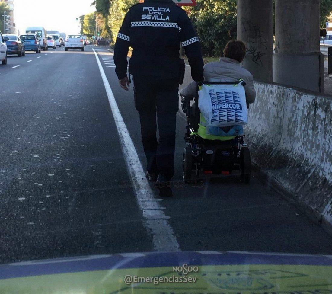 AionSur policia-solidario Localizan a una mujer que transitaba en silla de ruedas por la A-92 Sucesos