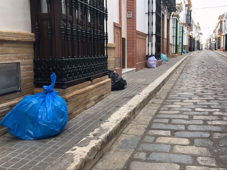 AionSur basura-arahal-doctor-gamero Vecinos de Doctor Gamero se niegan, con bolsas en la calle, a usar los nuevos contenedores Arahal