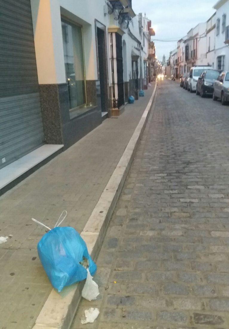AionSur d3b37262-90d8-42c6-a878-e497f34f29ee Los vecinos de Doctor Gamero piden mantener la recogida de las bolsas de basura en la puerta Arahal