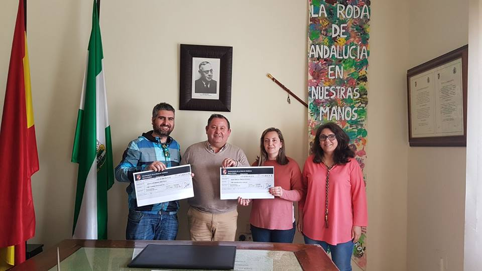 AionSur: Noticias de Sevilla, sus Comarcas y Andalucía Roda-cheques La Banca Pública de La Roda entrega dos nuevos microcréditos La Roda de Andalucía