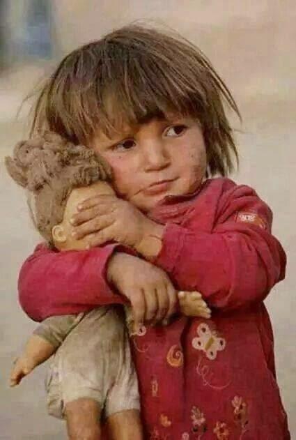 AionSur Nina-Gaza-con-doll La foto Opinión
