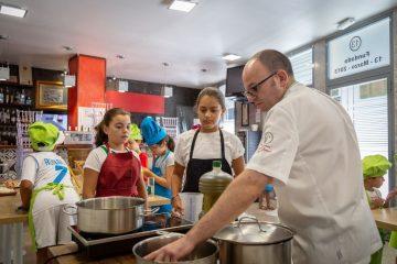 """AionSur curso-LuisPortillo-cocina-360x240 20 niños arahalenses cocinan """"pringándose las manos"""" para elaborar una cena solidaria Empresas"""
