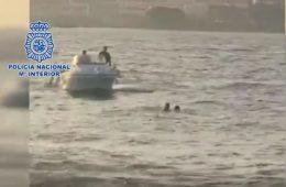 AionSur rescate-policía-260x170 Un agente de la Nacional rescata a un migrante que saltó al mar frente al CATE de San Roque Andalucía Cádiz
