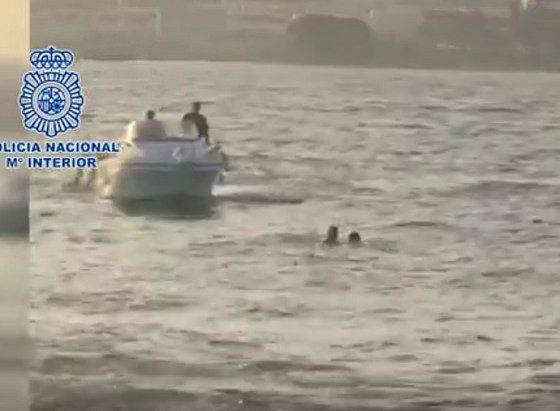 AionSur rescate-policía-560x411 Un agente de la Nacional rescata a un migrante que saltó al mar frente al CATE de San Roque Andalucía Cádiz