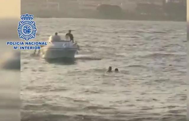 AionSur rescate-policía Un agente de la Nacional rescata a un migrante que saltó al mar frente al CATE de San Roque Andalucía Cádiz
