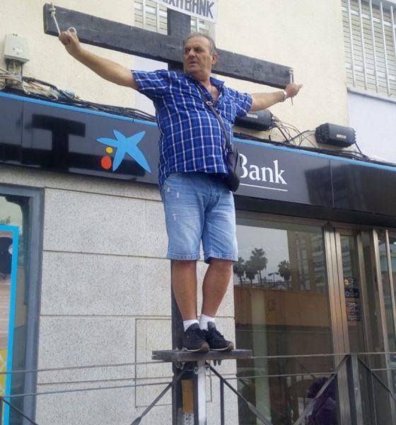 """AionSur Crucificado-banco-560x600 Se """"crucifica"""" ante un banco para pedir que le devuelvan los gastos de la hipoteca Huelva"""