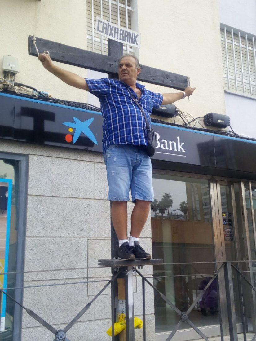 """AionSur Crucificado-banco Se """"crucifica"""" ante un banco para pedir que le devuelvan los gastos de la hipoteca Huelva"""