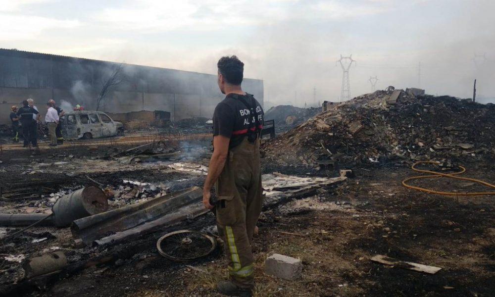 AionSur incendio-chatarrería-Tomares-1000x600 Aumenta la tensión entre los bomberos del Aljarafe por la falta de efectivos Aljarafe Provincia  destacado