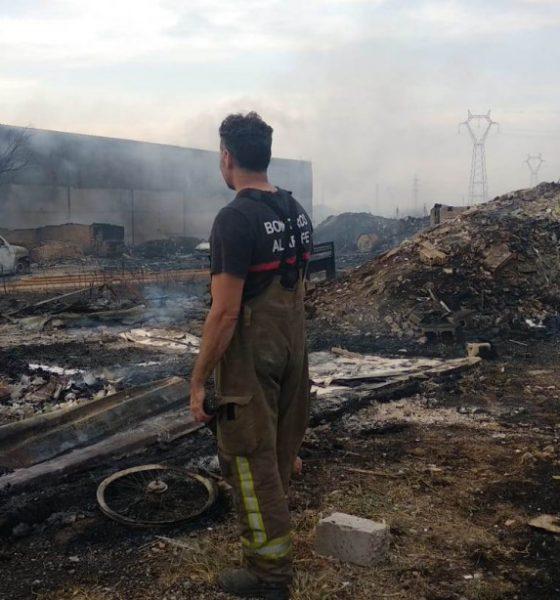 AionSur incendio-chatarrería-Tomares-560x600 Aumenta la tensión entre los bomberos del Aljarafe por la falta de efectivos Aljarafe Provincia  destacado