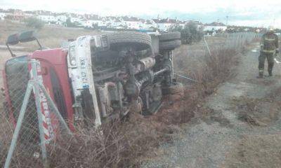 AionSur camion-bomberos-400x240 Herido un bombero del Aljarafe tras volcar el camión en el que se trasladaba a un incendio Sucesos