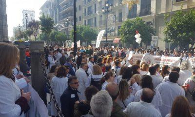 AionSur Medicosmanifa-400x240 Más de 7.500 médicos están llamados a la huelga en Sevilla Salud