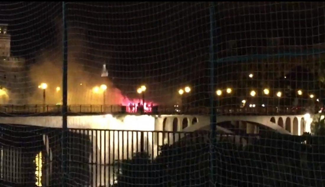 AionSur bengalas Identificados aficionados del Betis y el Milan con bengalas en el puente de Triana Sucesos
