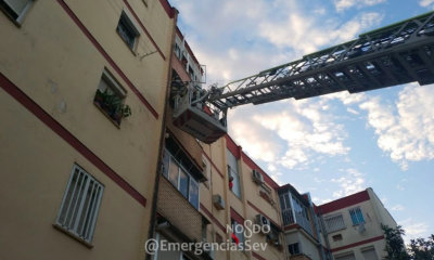 AionSur bomberos-sevilla-400x240 Encuentran muerto a un hombre en su casa tras varios días sin verlo los vecinos Sucesos