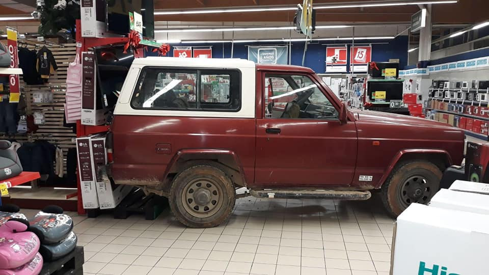 AionSur Osuna_Alunizaje Roban en el Eroski de Osuna y se dejan dentro el coche con el que entraron a la fuerza Osuna Sucesos