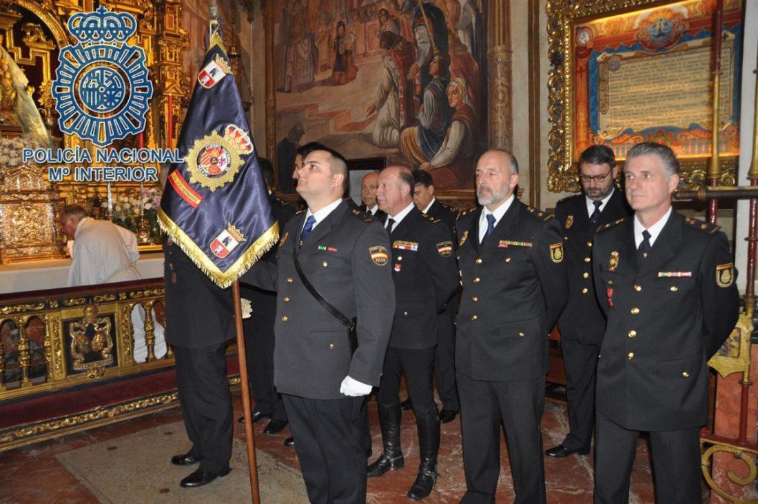 AionSur policia-medalla La hermandad de Valme entrega su medalla a la Policía Nacional Dos Hermanas Sociedad