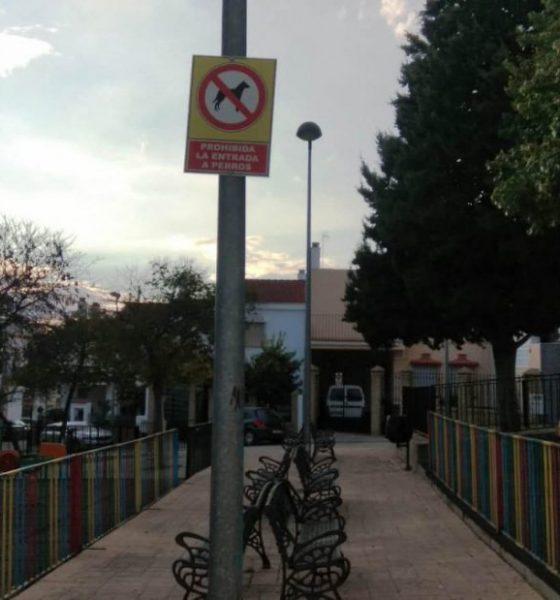 AionSur señales-perros-prohibición-Arahal-560x600 Polémica por las señales contra los perros en los parques de Arahal Arahal  destacado