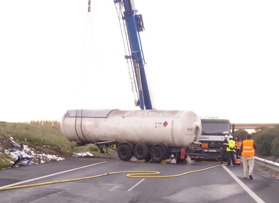 AionSur Camion Cortada en los dos sentidos la A-49 en Huelva por el vuelco de un camión de gas butano Huelva Sucesos  destacado