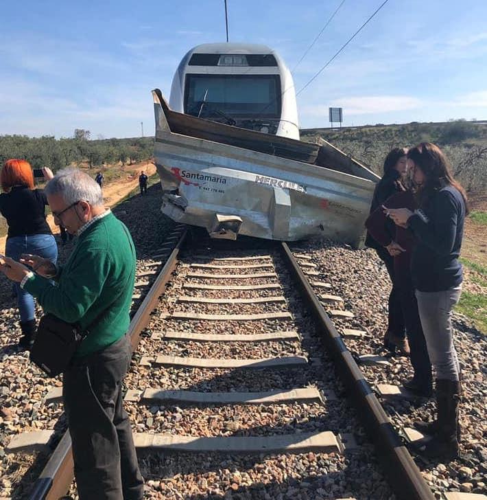 AionSur TrenDescarrilado3 El Alvia Madrid-Huelva arrolla a un tractor en Carrión de los Céspedes Sucesos  destacado