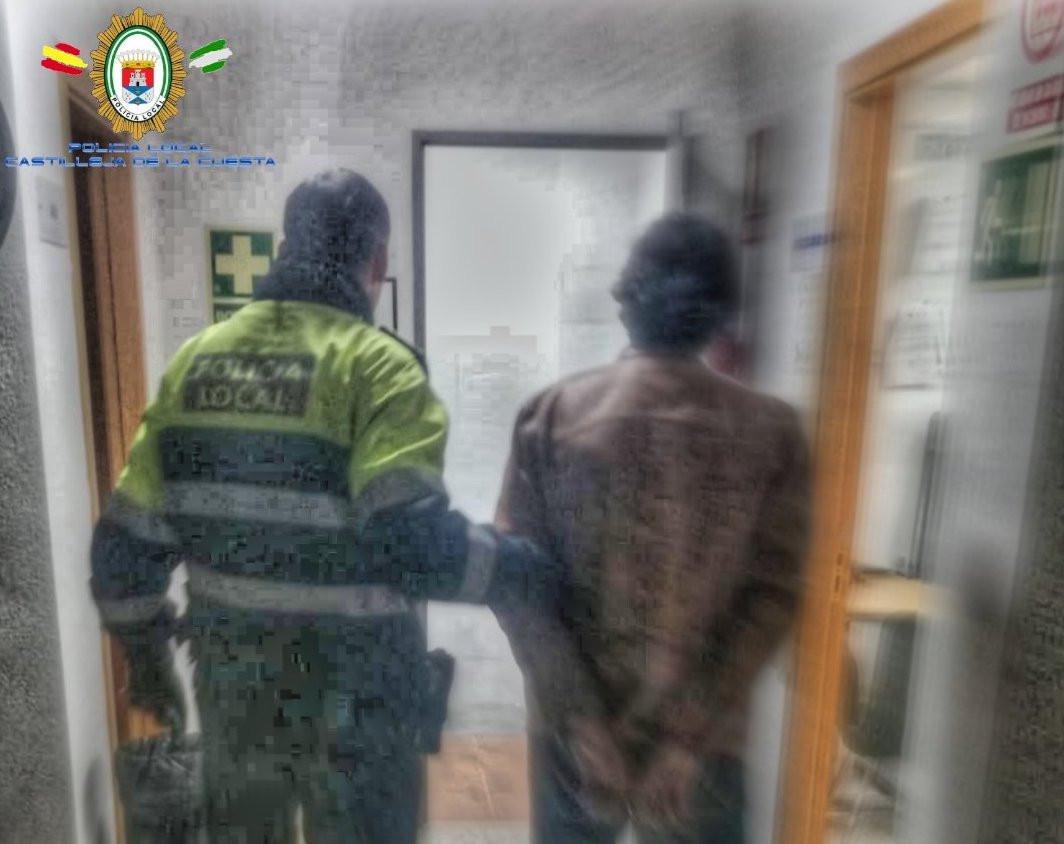 AionSur detenido-castilleja La Policía localiza una llamada de alerta para detener al agresor de su madre y un hermano Aljarafe Sucesos