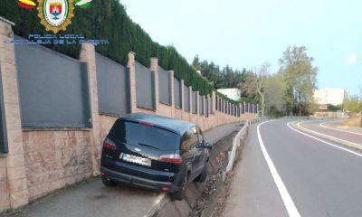 """AionSur Castilleja-Accidente-400x240 Resulta ileso tras """"aparcar"""" así su coche en Castilleja de la Cuesta Aljarafe Sucesos  destacado"""