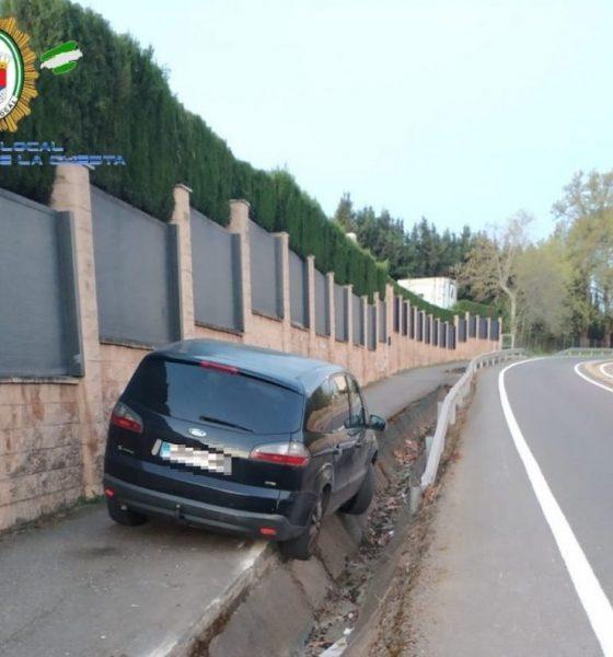 """AionSur Castilleja-Accidente-560x600 Resulta ileso tras """"aparcar"""" así su coche en Castilleja de la Cuesta"""