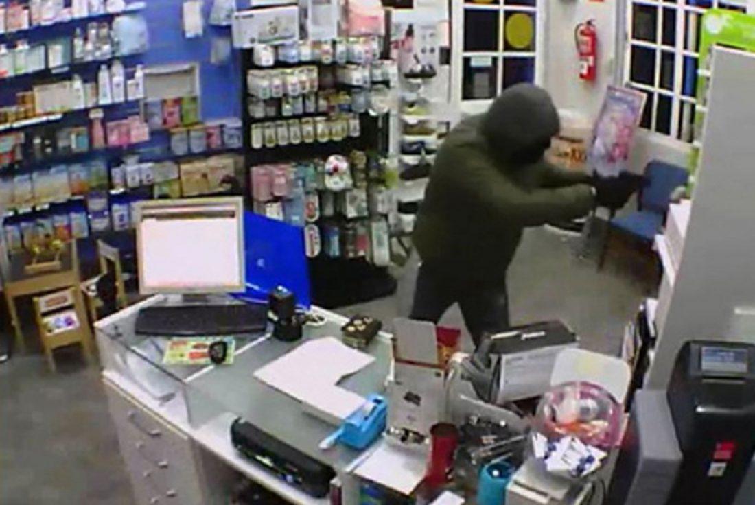 AionSur ATRACO-EN-FARMACIA-BRENES Detenido por robar en una farmacia y amenazar con una pistola a sus empleados Sucesos