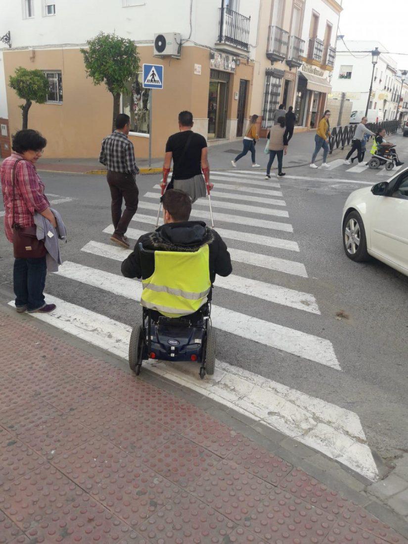 AionSur montellano Un concejal de Montellano recorre el pueblo con personas en silla de ruedas para eliminar las barreras Provincia Sociedad