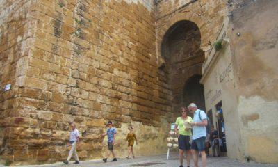 AionSur turistas-en-puerta-de-sevilla-CARMONA-400x240 Carmona bate su propio récord de visitantes Carmona Economía