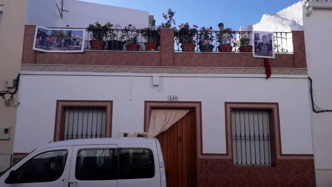 AionSur ElCoronil-Podemos-elecciones Partidarios de Podemos de El Coronil cuelgan carteles del candidato en las fachadas de sus casas El Coronil
