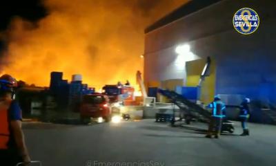 AionSur Incendio-Dos-Hermanas-400x240 Controlado de madrugada el incendio en una nave de reciclaje en Dos Hermanas Dos Hermanas Sucesos