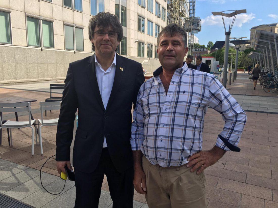 AionSur Puigdemont-y-el-agricultor-de-Arahal Puigdemont y el agricultor de Arahal que le pidió una foto en Bruselas Arahal Sociedad  destacado