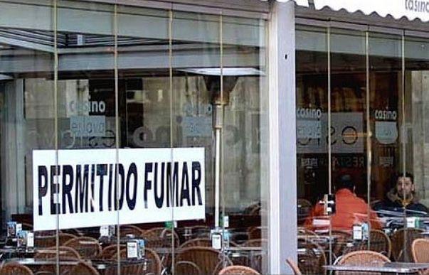 AionSur terraza-tabaco Un estudio señala que las terrazas incumplen la ley del tabaco y los bares la venta a menores Salud Sevilla Sociedad